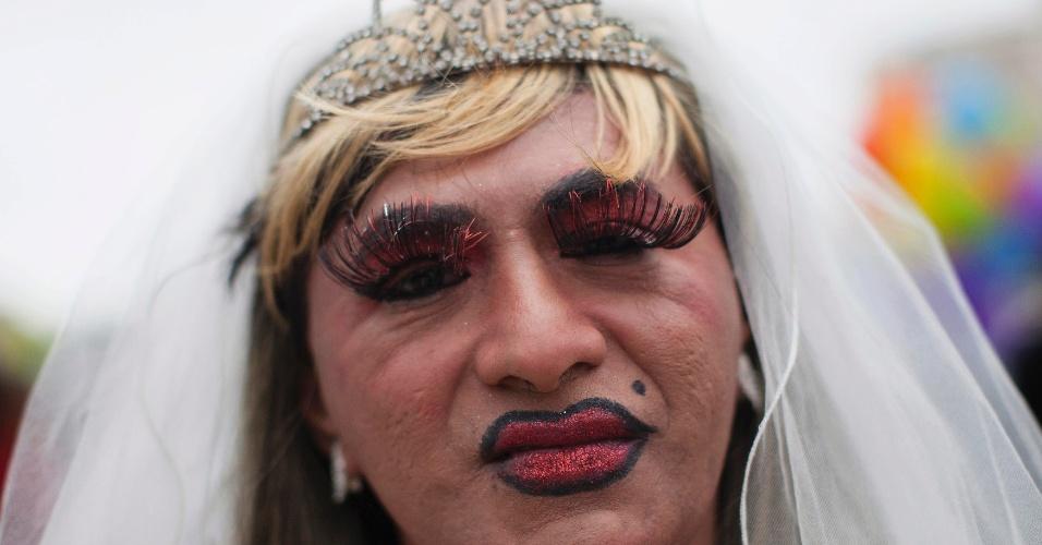 28.jun.2014 - Ativista usa traje de noiva durante Parada Gay em Lima, no Peru, neste sábado (28). Lésbicas, gays, bissexuais e transgêneros participaram do desfile para celebrar a diversidade e denunciar a homofobia