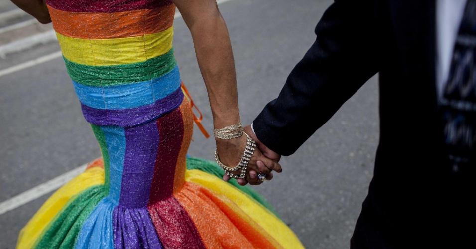 28.jun.2014 - Ativistas da comunidade gay caminham de mãos dadas durante marcha pelas ruas da Cidade da Guatemala, neste sábado (28). A parada gay, que teve como tema