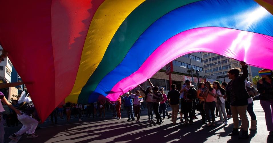 28.jun.2014 - Centenas de ativistas celebram o Dia do Orgulho Gay nas ruas de Quito, capital do Equador, neste sábado (28). Eles pedem tolerância, respeito e casamento entre pessoas do mesmo sexo