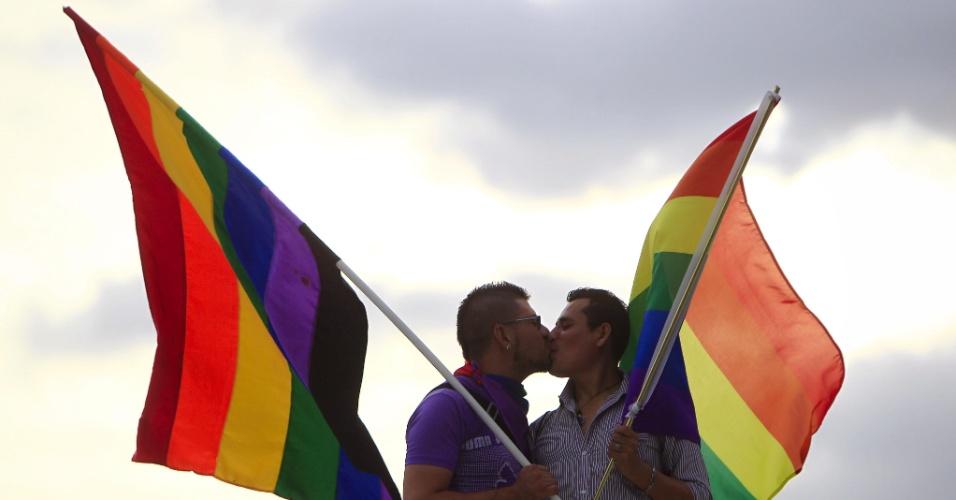 28.jun.2014 - Membros da comunidade gay de El Salvador se beijam durante
