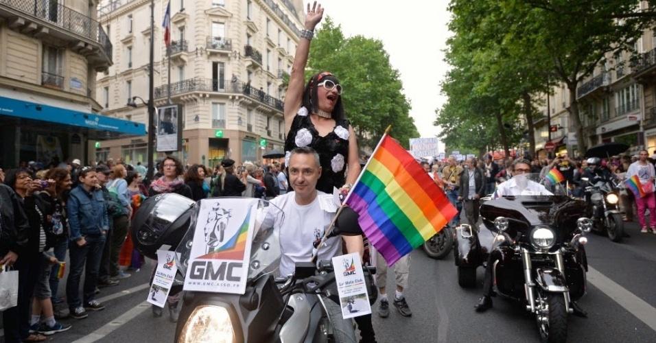 28.jun.2014 - Milhares de pessoas participam da parada gay de Paris, neste sábado (28). Evento chama a atenção para os direitos dos homossexuais