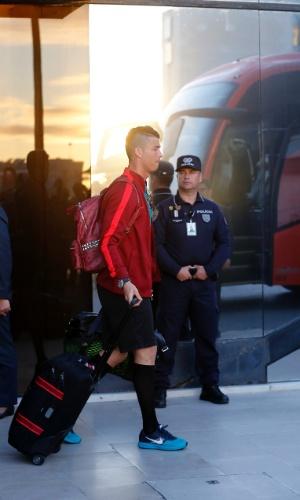 28.jun.2014 - O melhor jogador do mundo, Cristiano Ronaldo, desembarca no aeroporto de Lisboa depois de a seleção de Portugal ter sido eliminada da Copa no Brasil