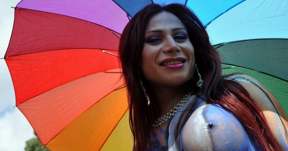 29.jun.2014 - Ativista participa de Parada do Orgulho Gay, em Bogotá, na Colômbia, neste domingo. Várias marchas estão sendo realizadas no mundo pela comunidade LGBT para pedir respeito, tolerância e igualdade