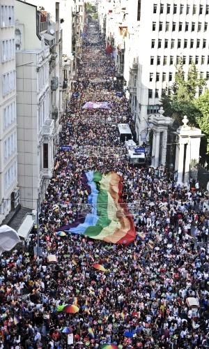 29.jun.2014 - Ativistas erguem bandeira gigante de arco-íris durante Parada Gay na rua Istiklal, principal corredor de comércio de Istambul, na Turquia, neste domingo (29). Várias marchas estão sendo realizadas no mundo pela comunidade LGBT para pedir respeito, tolerância e igualdade