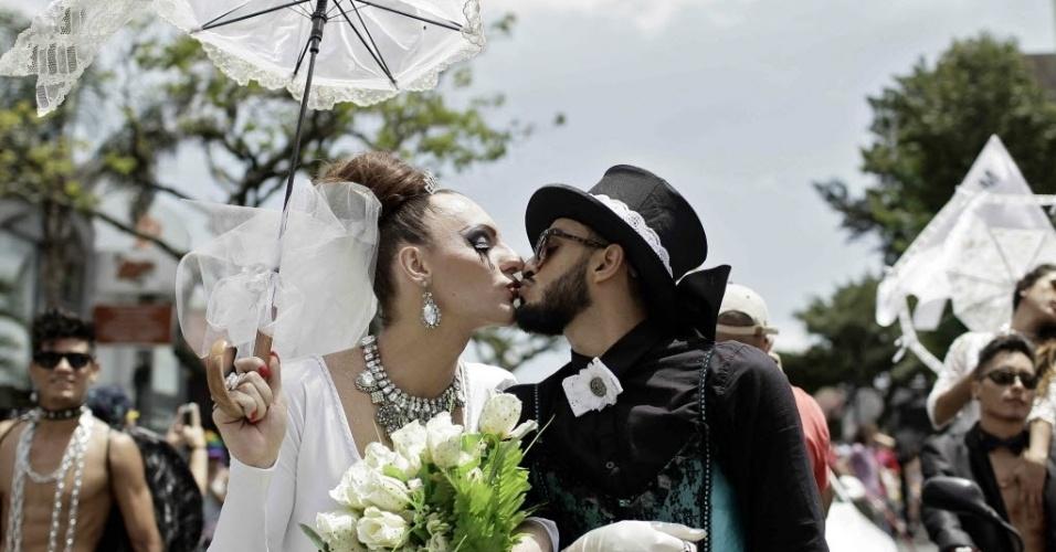 29.jun.2014 - Ativistas se beijam durante marcha para pedir tolerância e reivindicar direitos igualitários para a comunidade LGBT, neste domingo (29), em San José, na Costa Rica. Com o tema