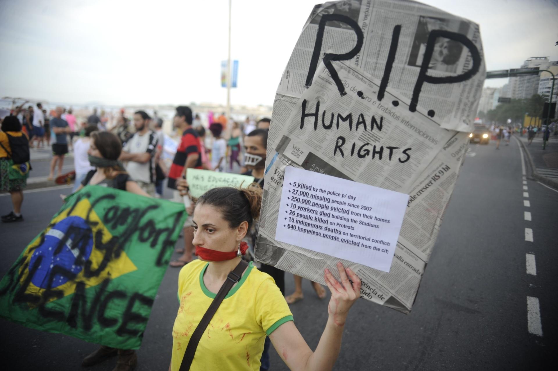 29.jun.2014 - Caminhada silenciosa protesta pelo direito à livre manifestação e contra a violação de direitos humanos nas favelas, na orla de Copacabana, na zona sul do Rio de Janeiro, neste domingo
