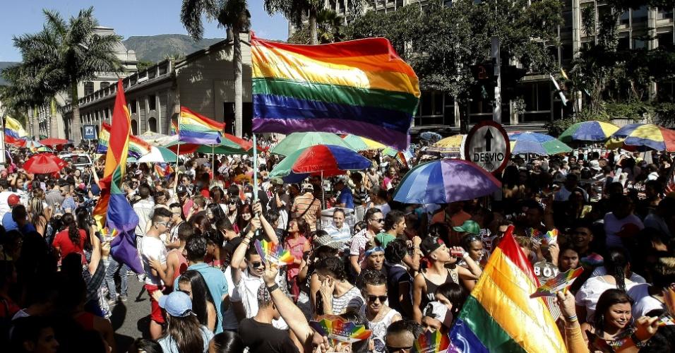 29.jun.2014 - Centenas de pessoas participam da Marcha do Orgulho Gay, neste domingo, na cidade de Medellín, na Colômbia. Várias marchas estão sendo realizadas no mundo pela comunidade LGBT para pedir respeito, tolerância e igualdade