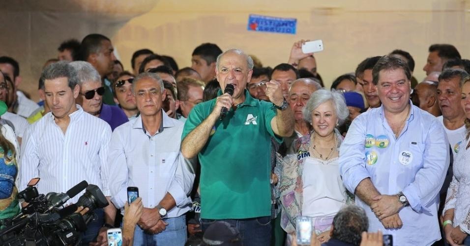 29.jun.2014 - O ex-governador do Distrito Federal José Roberto Arruda (PR-DF) foi confirmado como candidato na disputa do governo do DF em convenção partidária realizada neste domingo (29), em Brasília. A reunião também selou a união entre o PMN (Partido da Mobilização Nacional), PRTB (Partido Renovador Trabalhista Brasileiro), PTB (Partido Trabalhista Brasileiro) e o DEM (Democratas)