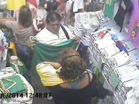 29.jun.2014 - Turistas mexicanos distraem vendedora de loja e furtam dinheiro do caixa de uma loja em Salvador