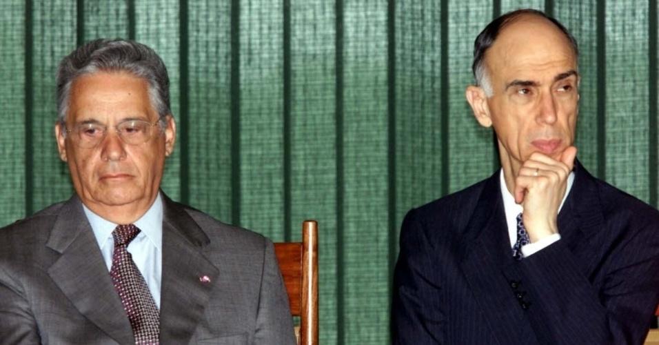 14.nov.2000 - O ex-presidente Fernando Henrique Cardoso (PSDB) e o vice-presidente Marco Maciel (DEM) durante cerimônia no Palácio do Planalto, em 2000. FHC e Maciel foram eleitos em 1994 e reeleitos em 1998. Ficaram no poder de 1995 a 2012