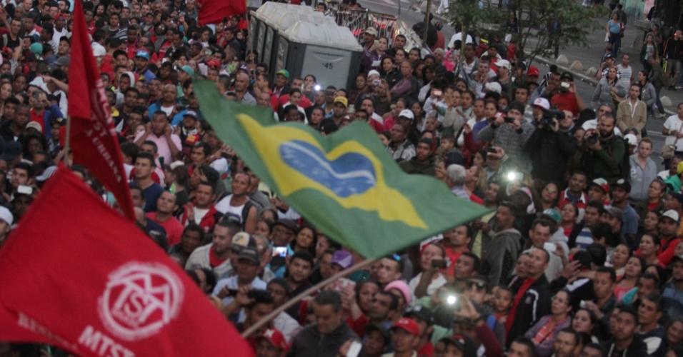 30.jun.2014 - Integrantes do MTST (Movimento dos Trabalhadores Sem-Teto) se aglomeram do lado de fora da Câmara Municipal de São Paulo, no centro da capital paulista, nesta segunda-feira (30), após vereadores aprovarem o novo Plano Diretor da cidade, que tramitava há nove meses na Casa