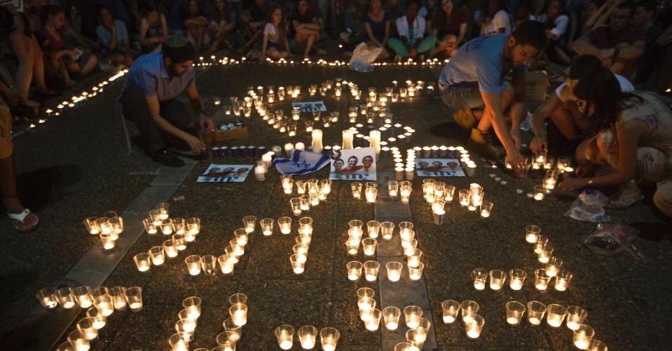 30.jun.2014 - Israelenses acendem velas na praça Rabin, em Tel Aviv, nesta segunda-feira (30), após anúncio de que os corpos dos três adolescentes israelenses foram encontrados. Os jovens desapareceram no dia 12 de junho no sul da Cisjordânia. O grupo islâmico Hamas é apontado como o autor do sequestro e assassinato