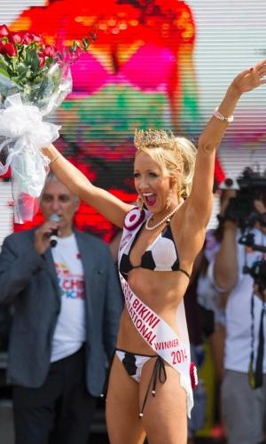 30.jun.2014 - Jennifer Thiessen comemora o título de Miss Biquíni conquistado em Toronto, no Canadá. A bela tem 28 anos