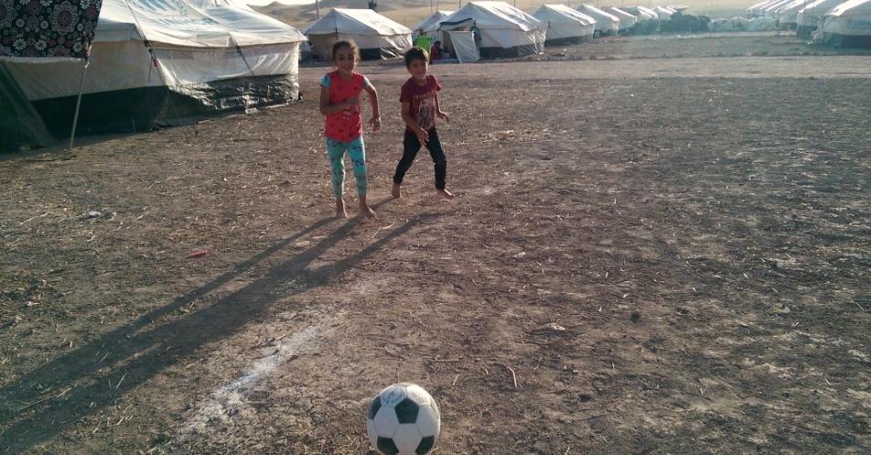 Crianças que fugiram da violência em Mosul jogam futebol em um campo de refugiados na região curda do Iraque