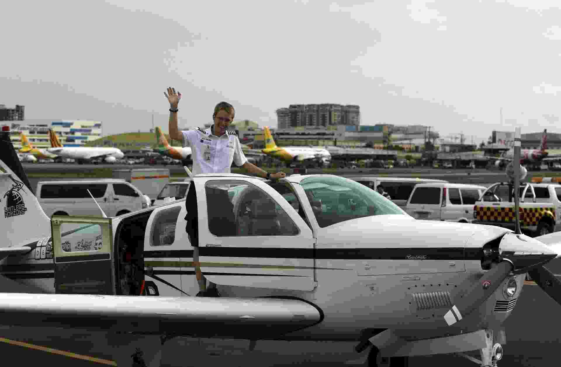 1º.jul.2014 - Matthew chegou nesta terça (01) a Manila, capital das Filipinas, uma das escalas em sua jornada em busca do recorde mundial - Francis R Malasig/EFE