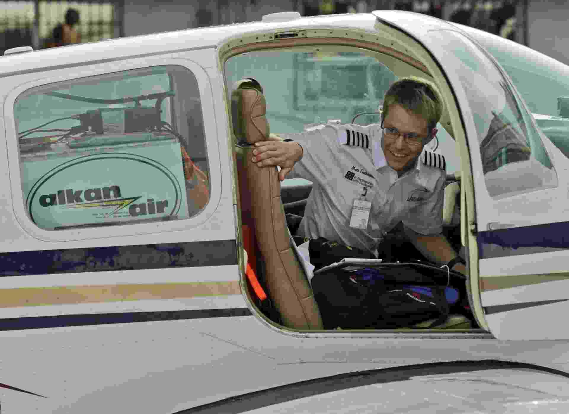 1º.jul.2014 - Matthew utiliza um monomotor Beechcraft Bonanza A36 em sua viagem ao redor do mundo - Francis R Malasig/EFE