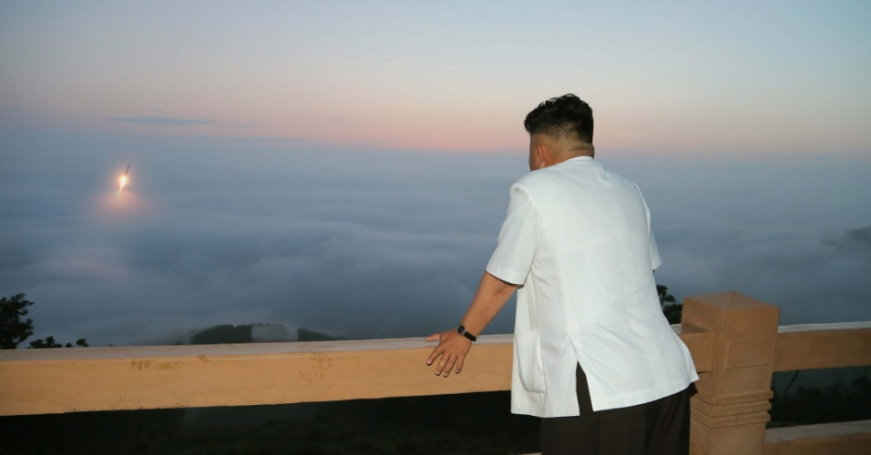 1º.jul.2014 - A agência oficial de notícias da Coreia do Norte divulga imagem do líder do país, Kim Jong-un, durante o lançamento de um míssil