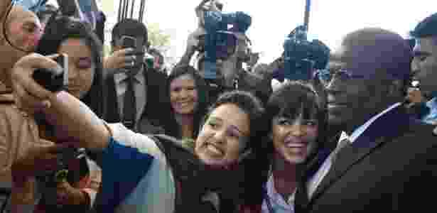 No dia em que se despede do STF, o presidente da Corte, ministro Joaquim Barbosa, faz selfie ao lado de jornalistas após presidir sua última sessão no STF  - Nelson Jr./ SCO/ STF