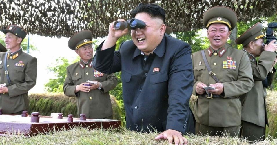 1º.jul.2014 - O líder norte-coreano Kim jong-un olha através de binóculos durante inspeção do destacamento de defesa Hwa Islet na costa leste da Península da Coreia, em foto sem data divulgada pela agência oficial da Coreia do Norte