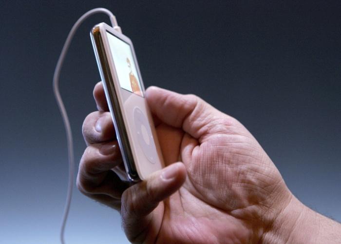 Ameaça ao iPod. Em 2005, com a venda do iPod em alta, Steve Jobs percebeu que o telefone celular representava uma ameaça a seu tocador digital. Ao conselho da Apple, ele explicou que o mercado das câmeras digitais estava encolhendo por causa dos telefones. O mesmo aconteceria com os tocadores, caso os celulares ganhassem a função de reproduzir música