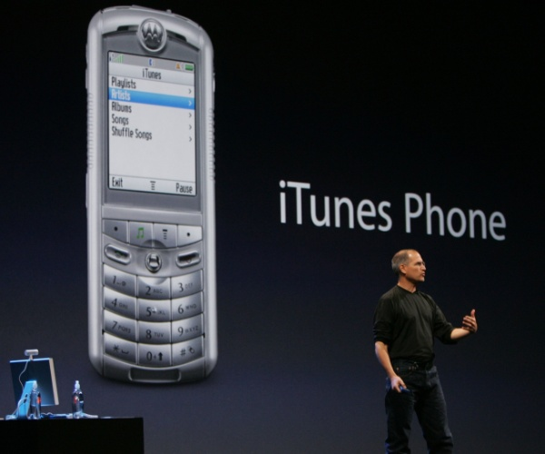 Fracasso com a Motorola. O primeiro celular da Apple surgiu em 2005, de uma parceria com a Motorola - ele veio no embalo do celular Razr, bastante popular na época. O Rokr (ou iTunes Phone) é descrito no livro ''Steve Jobs'' (Walter Isaacson) como feio, difícil de carregar e limitado a cem músicas. A capa da revista ''Wired'' de novembro de 2005 questionou: ''Você chamaria isso de celular do futuro?''.  Diante do fracasso, Steve Jobs decidiu criar seu próprio celular com tocador digital