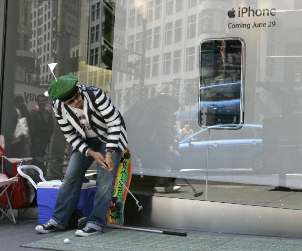 Lançamento. Acima, um consumidor espera o lançamento em frente a uma loja da Apple em San Francisco (Califórnia). Quando o iPhone foi lançado, Steve Jobs e a mulher foram a pé até a loja da Apple em Palo Alto (Califórnia) para observar o movimento. Na fila, os consumidores o saudaram ''como se Jobs fosse um Moisés indo comparar a Bíblia'', descreve a biografia ?Steve Jobs? (Walter Isaacson)