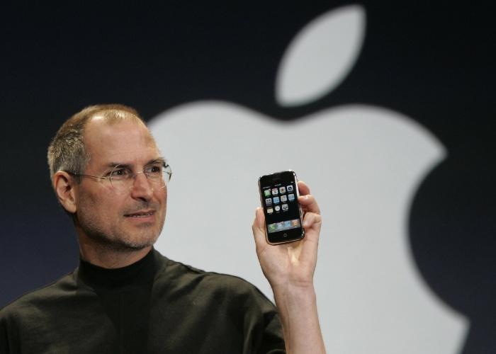 Lançamento. O iPhone foi apresentado em janeiro de 2007 e chegou às lojas dos EUA em 29 de junho de 2007. Ele estava disponível em duas versões: 4 GB (US$ 499) e 8 GB (US$ 599). Atualmente, os preços do iPhone 5s desbloqueados vão de US$ 649 (16 GB) a US$ 849 (64 GB). Veja a seguir curiosidades sobre a origem do smartphone da Apple
