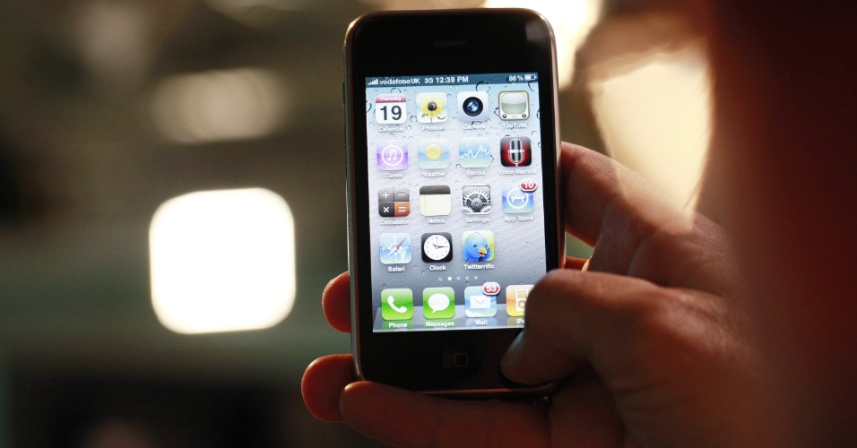 Loja de aplicativos. Os usuários do primeiro iPhone não podiam baixar aplicativos da loja virtual App Store, que só foi lançada em julho de 2008. Em sua estreia, o serviço oferecia 800 aplicativos (200 eram gratuitos). A app store fechou 2013 com mais de 500 mil aplicativos disponíveis