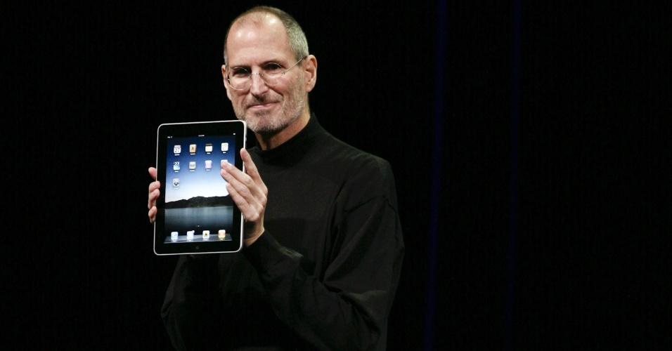 Origem no tablet. Em 2005, enquanto a Apple trabalhava para desenvolver o iPhone, havia outro projeto em andamento: o de construir um tablet. Houve cruzamento de informações, e os conceitos do tablet foram parar no celular. ''A ideia do iPad na verdade foi anterior e ajudou a moldar o nascimento do iPhone'', afirma o livro ''Steve Jobs'' (Walter Isaacson)