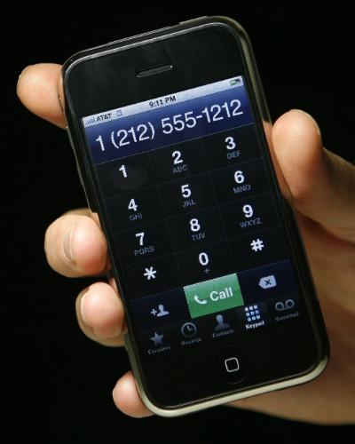 Que deselegante!. Steve Jobs considerava um botão de liga e desliga ''deselegante'' para seu novo aparelho. Foi daí que surgiu o recurso de deslizar o dedo sobre a tela (''deslize para desbloquear''). A função visava impedir que o aparelho fizesse alguma ligação sem querer, quando estivesse dentro do bolso do usuário, por exemplo