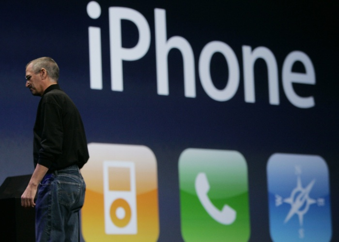 Revolução. Na apresentação do iPhone, em janeiro de 2007 em San Francisco, Steve Jobs afirmou que o aparelho representava três produtos revolucionários: um iPod com tela larga controlado pelo toque, um celular revolucionário e um aparelho pioneiro de comunicações pela internet. ''Estão entendendo? Não são três aparelhos separados, é um aparelho só, e ele se chama iPhone''