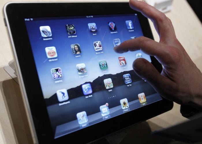 Tela multitoque. A Apple levou seis meses para desenvolver uma tela sensível multitoque (capaz de processar múltiplos toques ao mesmo tempo), que deveria funcionar sem caneta - Steve Jobs era contra esse acessório em portáteis. Essa tela foi entregue a um desenhista de interface, que criou o sistema de rolagem da tela com o dedo. ''Fiquei fascinado'', contou Jobs