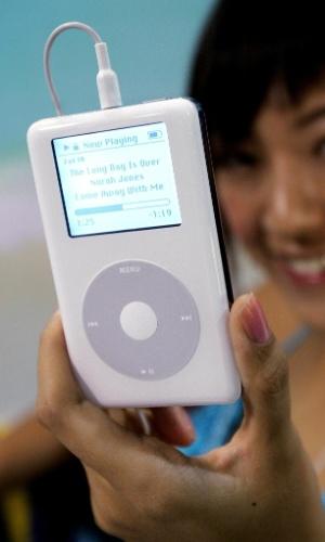 Variação do iPod. Na abordagem inicial para criar o iPhone, a Apple pensou em modificar o iPod. ''Eles tentaram usar o trackwheel [roda de comando] para que o usuário percorresse as opções de telefone e - sem teclado - acessasse os números. Não era um gesto natural'', descreve o livro ''Steve Jobs'' (Walter Isaacson). O principal problema no uso dessa roda era discar o número de telefone