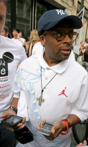 VIP. O diretor de cinema Spike Lee foi até uma loja da Apple em Nova York no lançamento da primeira versão do iPhone. Na foto, no entanto, ele aparece segurando dois aparelhos de marca diferente
