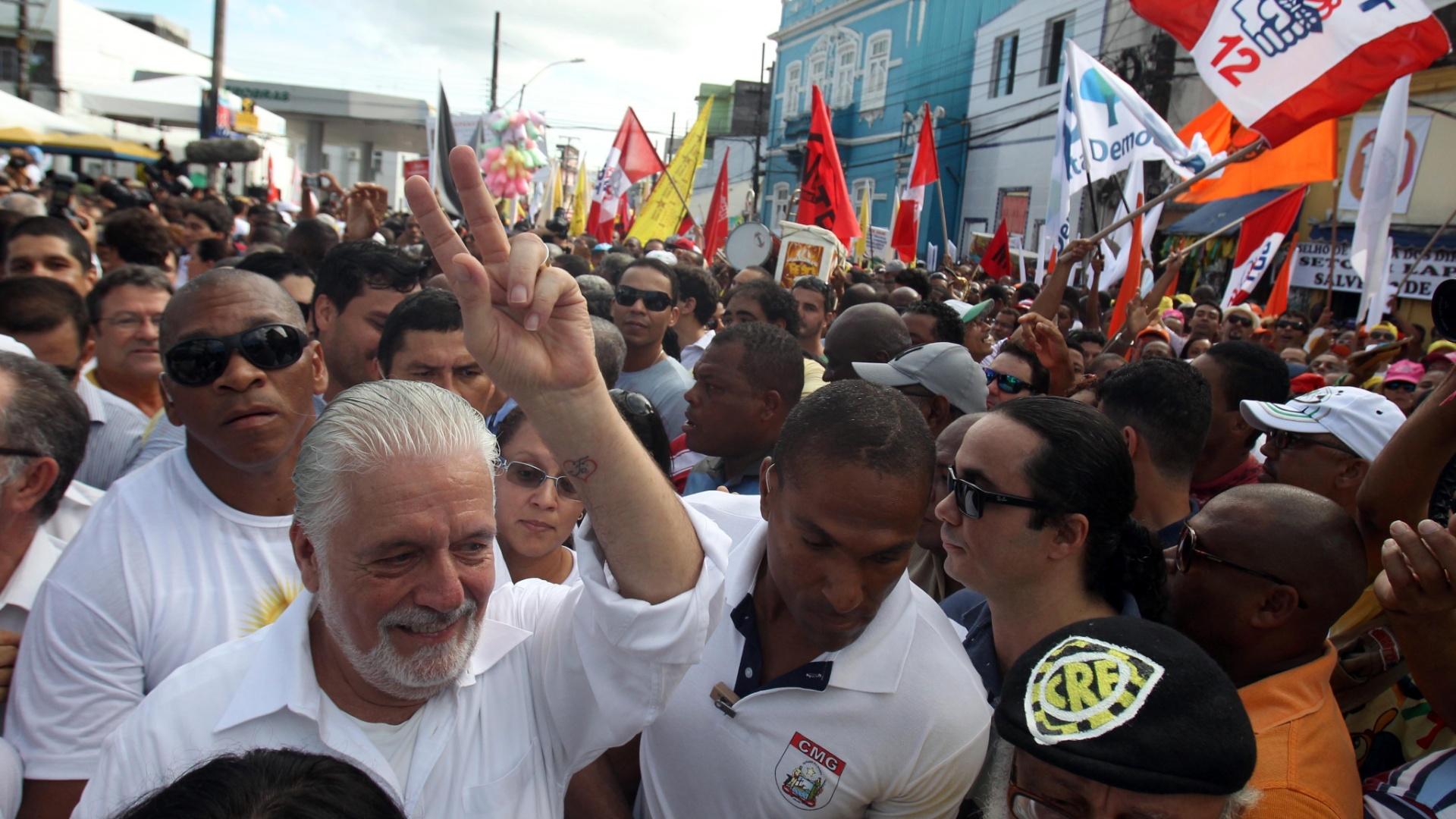2.jul.2014 - Desfile do feriado da Independência da Bahia tem participação de partidos políticos