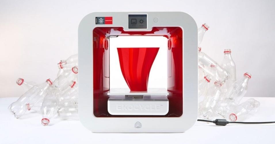 2.jul.2014 - A impressora 3D Ekocycle Cube usa material reciclado de garrafas PET como refil para criar objetos. Fruto de uma parceria entre a Coca-Cola, o rapper Will.i.am e a 3D Systems, o produto promete imprimir peças de até seis polegadas (15,24 cm). Apesar de a impressora aparecer com garrafas plásticas nas imagens de divulgação, o usuário deve comprar o refil feito de plástico reciclado para produzir objetos. Com preço sugerido de US$ 1.199 (cerca de R$ 2.688), a impressora vai começar a ser vendida no segundo semestre no site Cubify