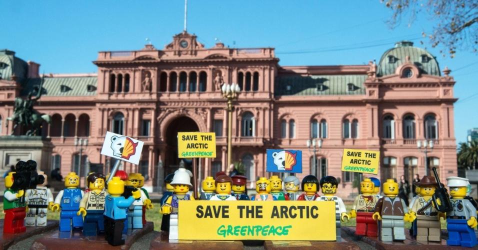 2.jul.2014 - Ativistas do Greenpeace colocam mini figuras feitas de Lego em frente à Casa Rosada, em Buenos Aires, na Argentina, para protestar contra a Shell, em Londres. O protesto é para que uma das maiores empresas de brinquedo do mundo desfaça a parceria que fechou com a Shell. A petrolífera é uma das principais responsáveis por colocar em risco o Ártico, com seus planos de exploração de óleo na região