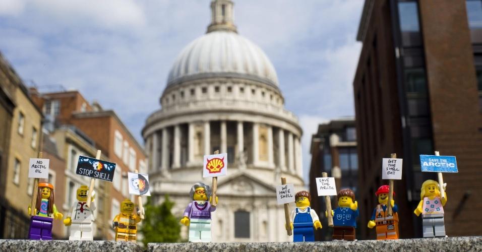 2.jul.2014 - Ativistas do Greenpeace colocam mini figuras feitas de Lego em frente a catedral de Saint Paul, em Londres, para protestar contra a Shell. O protesto é para que uma das maiores empresas de brinquedo do mundo desfaça a parceria que fechou com a Shell. A petrolífera é uma das principais responsáveis por colocar em risco o Ártico, com seus planos de exploração de óleo na região