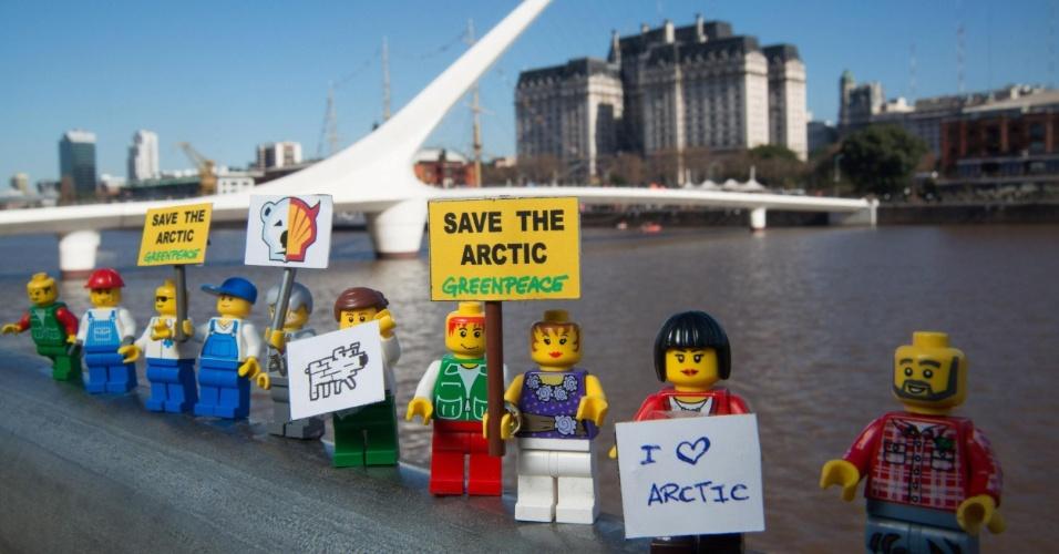 2.jul.2014 - Ativistas do Greenpeace colocam mini figuras feitas de Lego em frente à Puente de la Mujer, em Buenos Aires, na Argentina, para protestar contra a Shell, em Londres. O protesto é para que uma das maiores empresas de brinquedo do mundo desfaça a parceria que fechou com a Shell. A petrolífera é uma das principais responsáveis por colocar em risco o Ártico, com seus planos de exploração de óleo na região