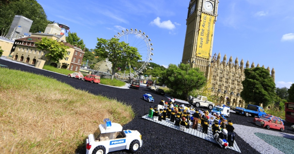 2.jul.2014 - Ativistas do Greenpeace colocam mini figuras feitas de Lego em frente ao Big Ben, da Legoland, em Londres, para protestar contra a Shell, em Londres. O protesto é para que uma das maiores empresas de brinquedo do mundo desfaça a parceria que fechou com a Shell. A petrolífera é uma das principais responsáveis por colocar em risco o Ártico, com seus planos de exploração de óleo na região
