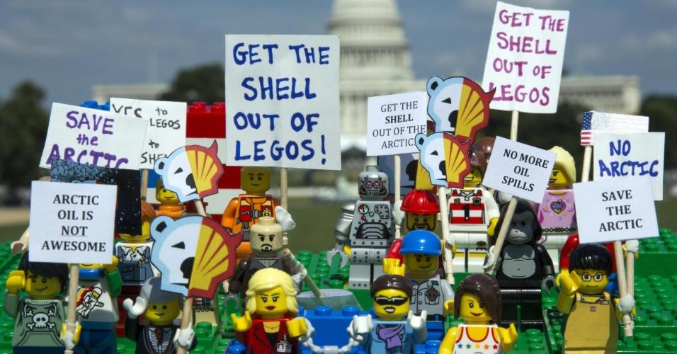2.jul.2014 - Ativistas do Greenpeace colocam mini figuras feitas de Lego em frente ao Capitólio, em Washington DC (EUA), para protestar contra a Shell, em Londres. O protesto é para que uma das maiores empresas de brinquedo do mundo desfaça a parceria que fechou com a Shell. A petrolífera é uma das principais responsáveis por colocar em risco o Ártico, com seus planos de exploração de óleo na região