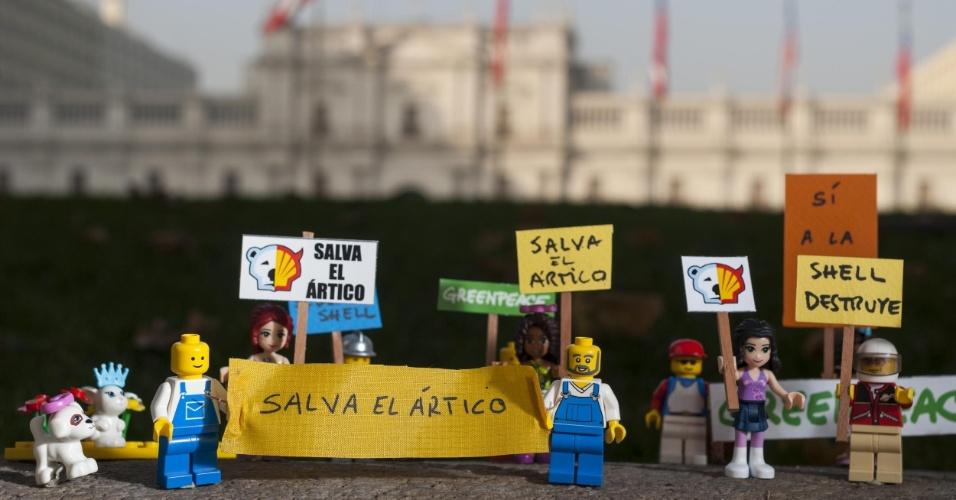 2.jul.2014 - Ativistas do Greenpeace colocam mini figuras feitas de Lego em frente ao Palácio La Moneda, em Santiago, no Chile, para protestar contra a Shell, em Londres. O protesto é para que uma das maiores empresas de brinquedo do mundo desfaça a parceria que fechou com a Shell. A petrolífera é uma das principais responsáveis por colocar em risco o Ártico, com seus planos de exploração de óleo na região