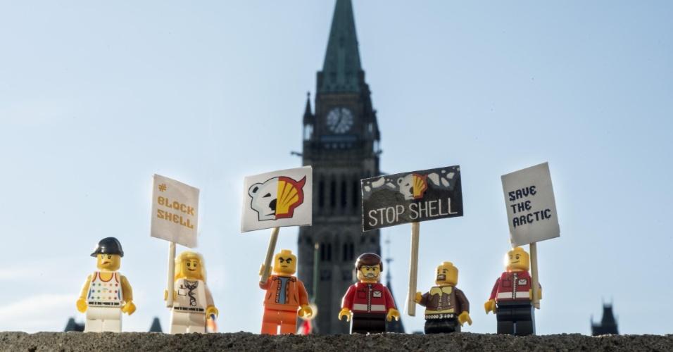 2.jul.2014 - Ativistas do Greenpeace colocam mini figuras feitas de Lego em frente ao Parlamento canadense, em Ottawa, no Canadá, para protestar contra a Shell, em Londres. O protesto é para que uma das maiores empresas de brinquedo do mundo desfaça a parceria que fechou com a Shell. A petrolífera é uma das principais responsáveis por colocar em risco o Ártico, com seus planos de exploração de óleo na região