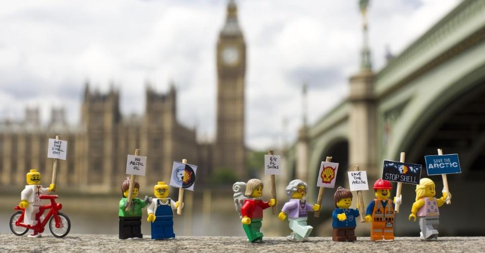 2.jul.2014 - Ativistas do Greenpeace colocam mini figuras feitas de Lego para protestar contra a Shell, em Londres. O protesto é para que uma das maiores empresas de brinquedo do mundo desfaça a parceria que fechou com a Shell. A petrolífera é uma das principais responsáveis por colocar em risco o Ártico, com seus planos de exploração de óleo na região