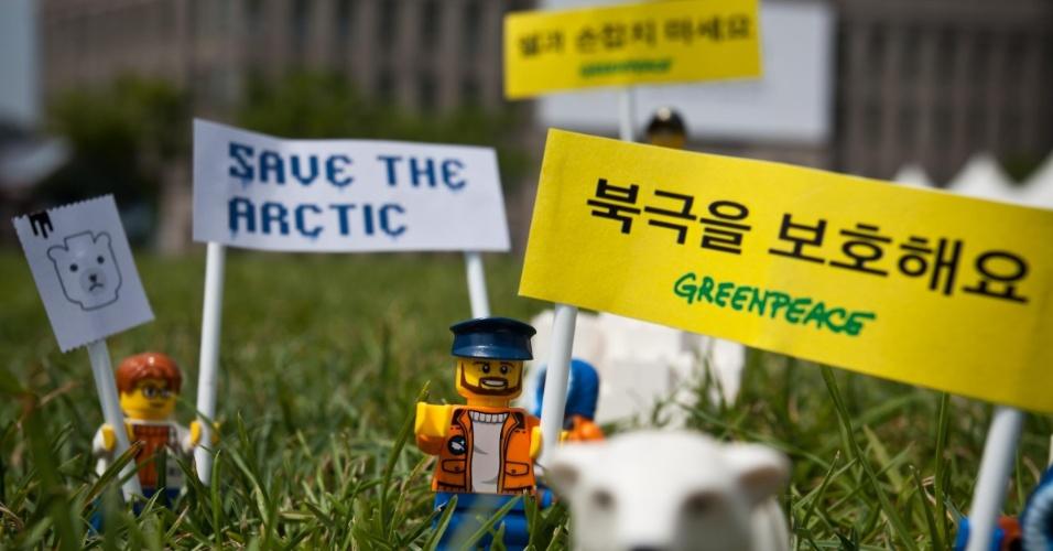 2.jul.2014 - Ativistas do Greenpeace colocam mini figuras feitas de Lego para protestar contra a Shell, na praça da prefeitura de Seul, na Coreia. Na faixa, pode-se ler 'Salve o Ártico'. O protesto é para que uma das maiores empresas de brinquedo do mundo desfaça a parceria que fechou com a Shell. A petrolífera é uma das principais responsáveis por colocar em risco o Ártico, com seus planos de exploração de óleo na região