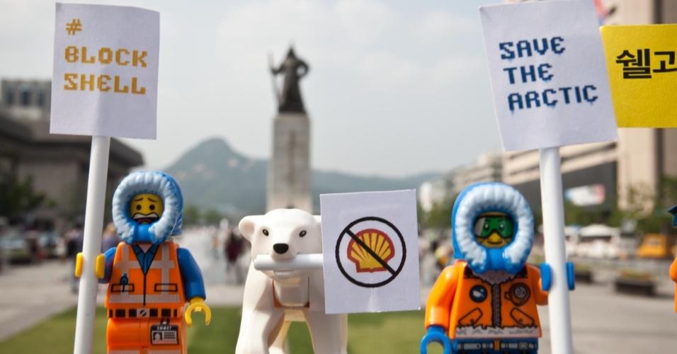 2.jul.2014 - Ativistas do Greenpeace colocam mini figuras feitas de Lego para protestar contra a Shell, na praça da prefeitura de Seul, na Coreia. No cartaz, pode-se ler 'Salve o Ártico'. O protesto é para que uma das maiores empresas de brinquedo do mundo desfaça a parceria que fechou com a Shell. A petrolífera é uma das principais responsáveis por colocar em risco o Ártico, com seus planos de exploração de óleo na região