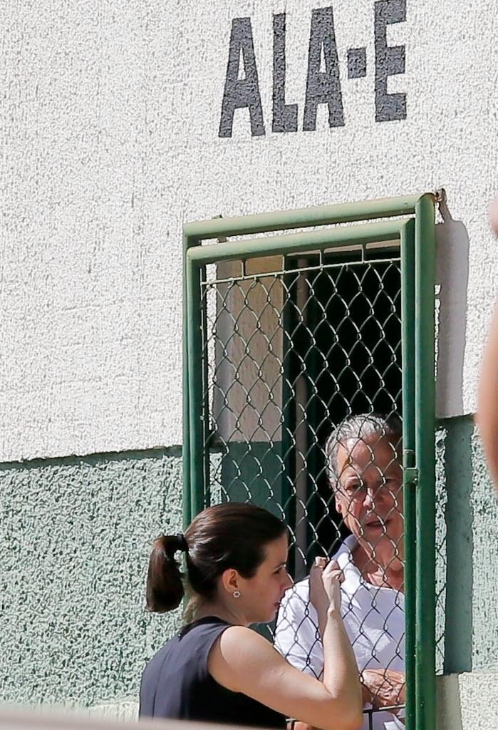 2.jul.2014 - Ex-ministro José Dirceu conversa com advogada no interior do CPP (Centro de Progressão de Pena), onde irá cumprir o regime semiaberto após ter sido transferido do Complexo Penitenciário da Papuda nesta quarta-feira (2). O ex-tesoureiro do PT Delúbio Soares e o ex-deputado Valdemar Costa Neto (PR-SP) também foram transferidos e agora poderão sair para trabalhar