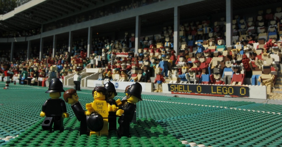 2.jul.2014 - Greenpeace cria cenas de protesto com figuras da Lego no parque temático Legoland, em Londres, para protestar contra a Shell, em Londres. O protesto é para que uma das maiores empresas de brinquedo do mundo desfaça a parceria que fechou com a Shell. A petrolífera é uma das principais responsáveis por colocar em risco o Ártico, com seus planos de exploração de óleo na região