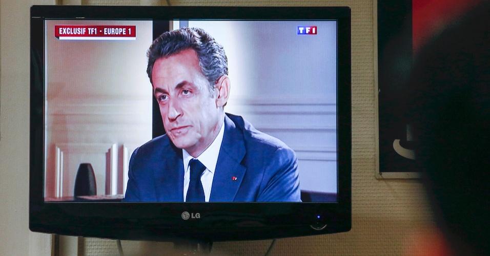 """2.jul.2014 - Sarkozy concedeu nesta quarta-feira (2) uma entrevista exclusiva ao vivo à emissora """"TF1"""" e à rádio """"Europea 1"""". Durante 45 minutos ele se defendeu das acusações e afirmou que seu indiciamento demonstra haver atualmente ?uma instrumentalização política de uma parte da Justiça? para prejudicá-lo."""