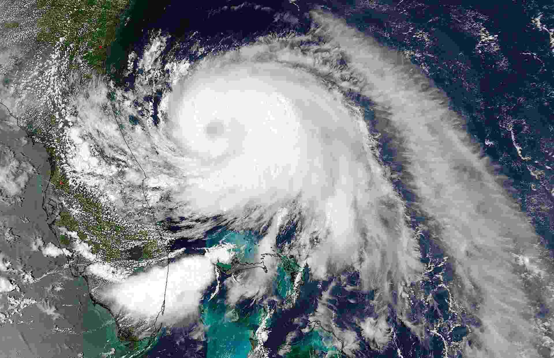 """3.jul.2014 - A tempestade tropical """"Arthur"""" se dirige rumo ao litoral da Carolina do Norte, nos Estados Unidos, com ventos de 110 km/h e está """"perto"""" de se transformar em furacão, segundo o Centro Nacional de Furacões dos EUA (NHC, sigla em inglês). O NHC informou em boletim que o centro da tempestade está localizado a cerca de 230 quilômetros ao sul-sudeste de Charleston, na Carolina do Sul. As autoridades americanas emitiram um alerta de furacão para a costa da Carolina do Norte, de Surf City até Duck, Pamlico Sound e a parte leste de Albemarle Sound - Nasa/Reuters"""